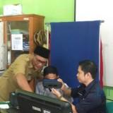Wawali Kota Malang Sofyan Edi Jarwoko saat tinjau proses perekaman data e-KTP di SMAN 10. (Foto: Imarotul Izzah/MalangTIMES)
