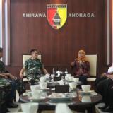 Gubernur Jatim Khofifah Indar Parawansa saat mengunjungi Kodam/V Brawijaya
