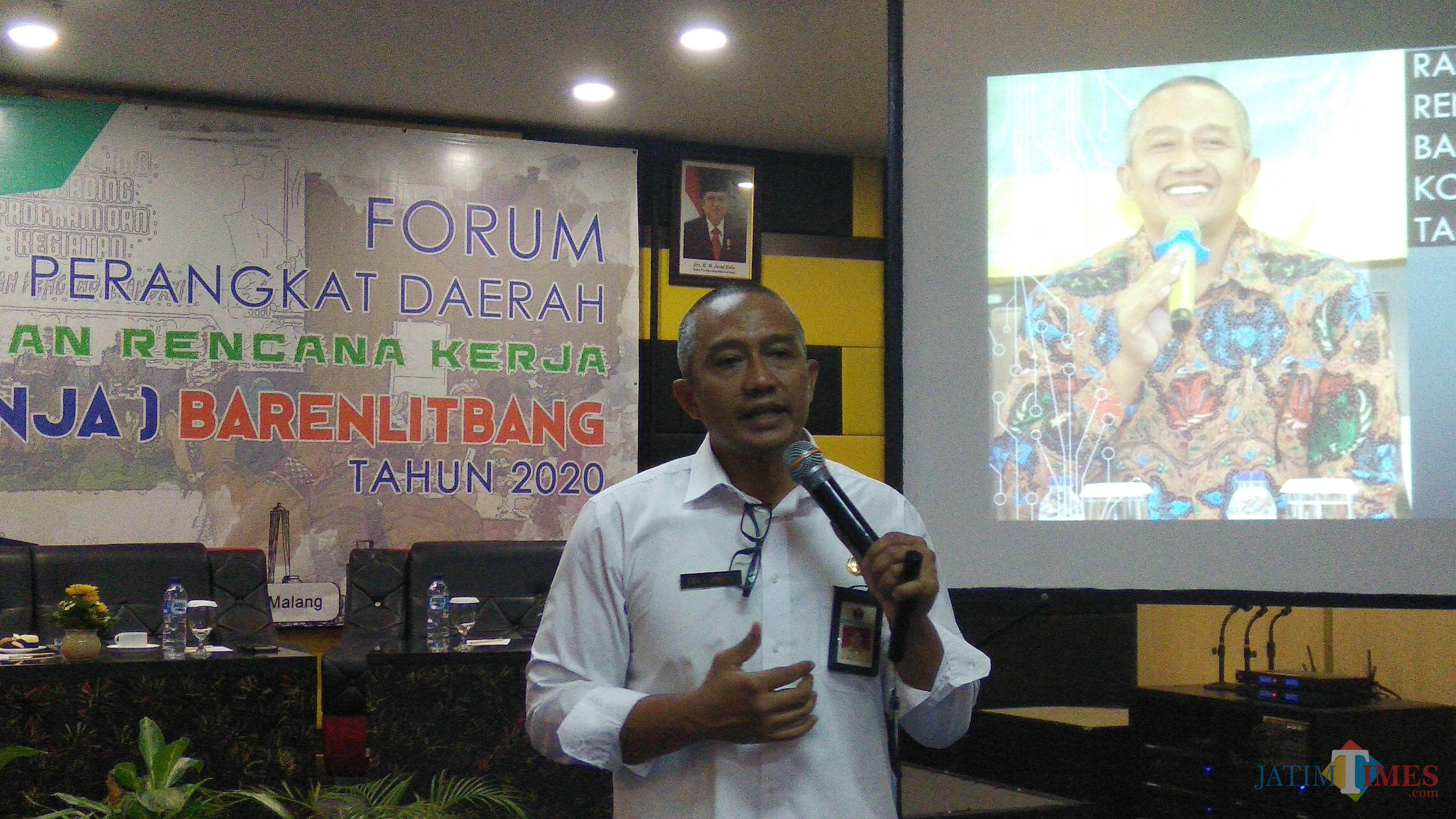 Kepala Barenlitbang Kota Malang Erik Setyo Santoso saat menyampaikan laporan pelaksanaan kegiatan Forum Perangkat Daerah. (Foto: Nurlayla Ratri/MalangTIMES)