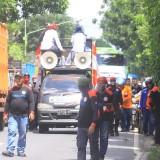 Pendemo saat melakukan long march di jalan Prof DR Hamka setelah berdemo di kantor PT Wings Surya  (Agus Salam/Jatim TIMES)