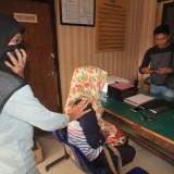 iatri KW saat berada di ruangan Sentra Pelayanan Kepolisian Terpadu (SKPT) Mapolres Probolinggo Kota  (Agus Salam/Jatim TIMES)