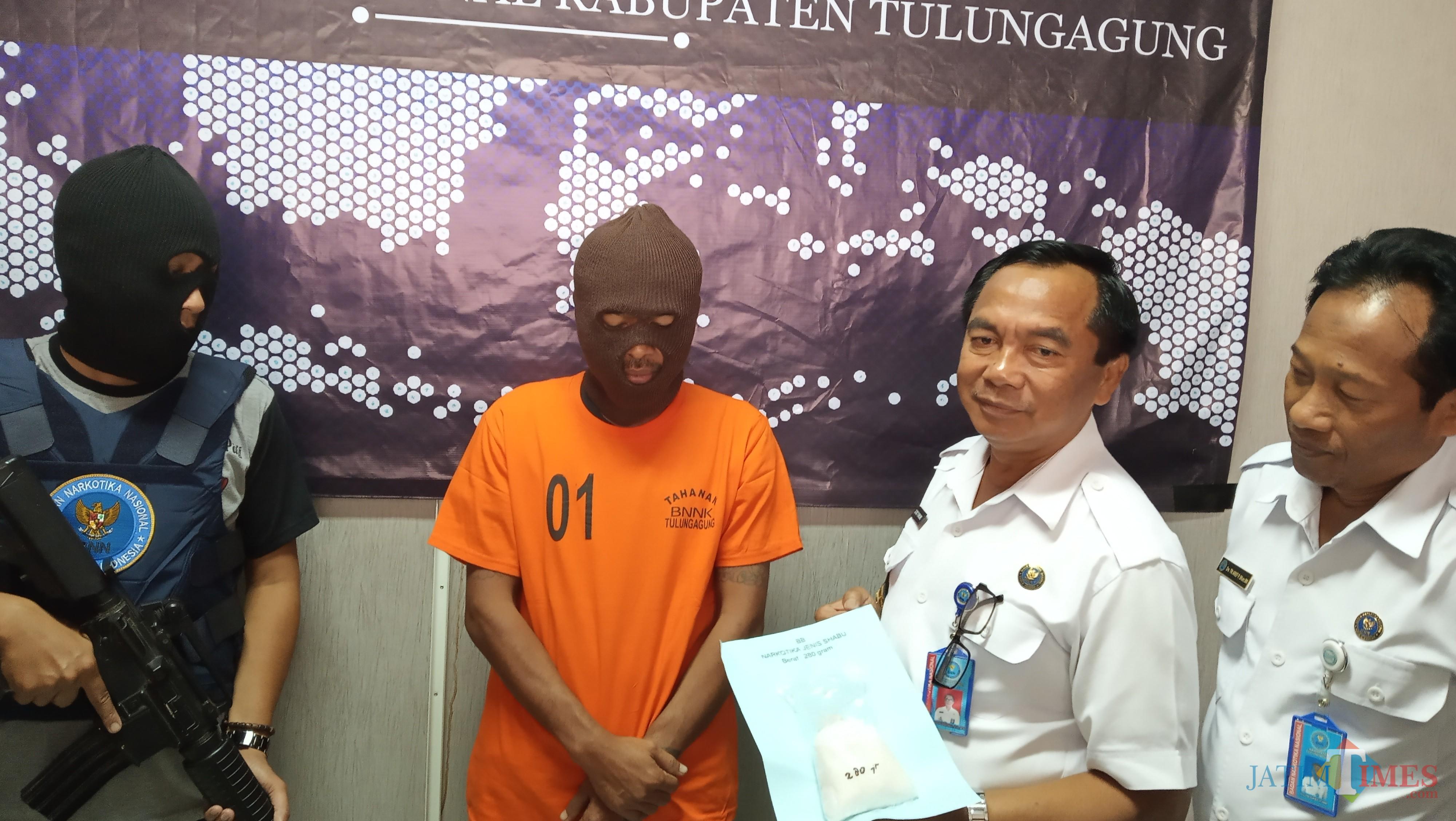 Kepala BNNK Tulungagung,  AKBP Djoko Purnomo saat bertanya pada AWAL tentang asal orang yang menyuruhnya mengirim shabu ke Tulungagung (foto:  Joko Pramono/Jatim Times)