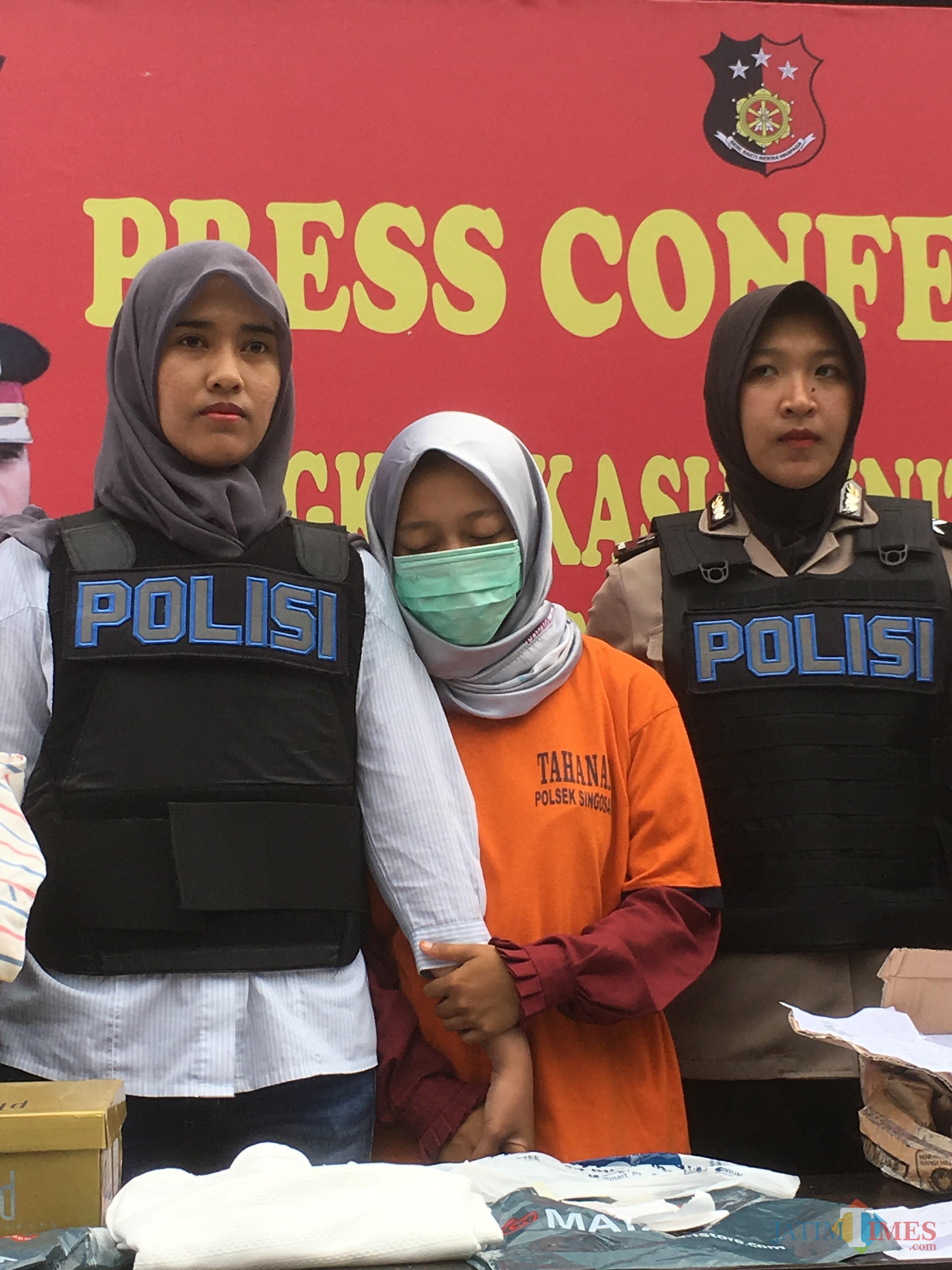 Siska Zumrotul Fauziah tersangka beserta barang bukti pencurian uang ratusan juta saat sesi rilis di halaman Polsek Singosari, Kabupaten Malang (Foto : Ashaq Lupito / MalangTIMES)