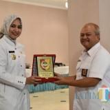 Bupati Jember dr. Hj. Faida MMR saat memberikan cinderamata kepada Kepala Perhutani KPH Jember Rukmana Supriatna S. Hut MM (foto : istimewa / JatimTIMES)
