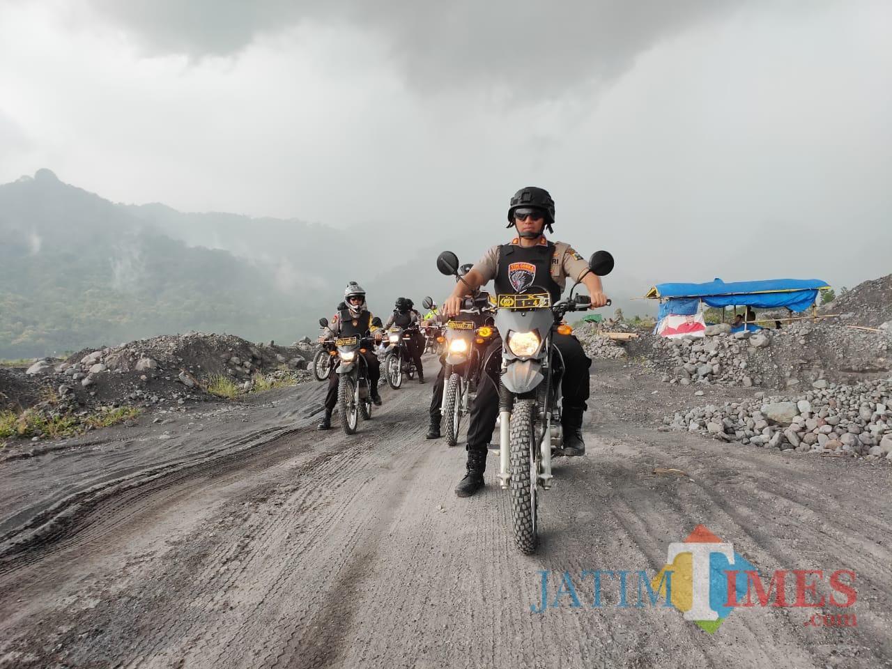 Kapolres Lumajang melakukan pengecekan jalur tambang di Lumajang (Foto : Moch. R. Abdul Fatah / Jatim TIMES)