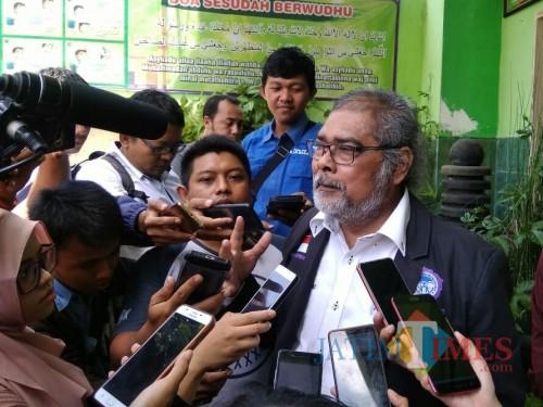 Ketua Komnas Perlindungan Anak Arist Merdeka Sirait saat mendatangi SDN Kauman 3. (Foto: Imarotul Izzah/MalangTIMES)