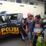 Komari beserta Miseman tersangka pencurian kayu saat diamankan polisi, Kecamatan Bantur (Foto : Dokumen MalangTIMES)