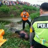 Polisi saat evakuasi dan olah TKP temu mayat di lapangan pacuan kuda Talun