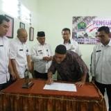 Salah satu perajin gerabah yang menandatangani berita acara penguatan kelembagaan di Kelurahan Penangungan bersama Disperin Kota Malang (foto: Anggara Sudiongko/MalangTIMES)