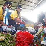Mwnjelang HPSN 2019, Kapolres Kediri Ajak Anggotanya Memilah Sampah. (Foto: B. Setioko/JatimTIMES)