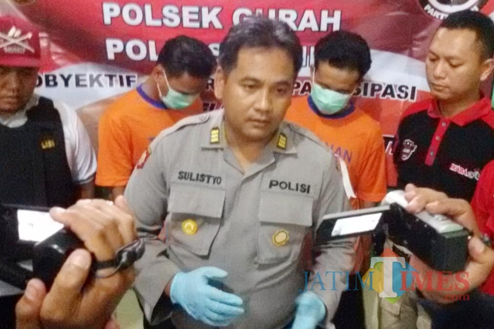 Dua orang (baju orange) yang ngaku petinggi Polda Jatim dan melakukan penipuan. (Foto: B. Setioko/JatimTIMES)