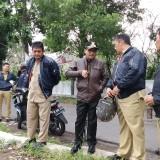 Wali Kota Malang Sutiaji (bertopi) didampingi Kepala Dinas PUPR Kota Malang Hadi Santoso saat meninjau kawasan rencana crossing jembatan di Kecamatan Dau. (Pipit Anggraeni/MalangTIMES).