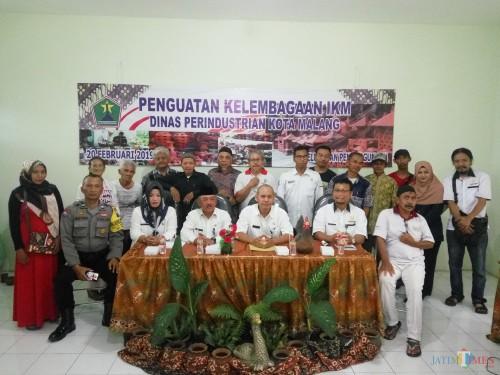 Disperin Kota Malang berfoto bersama para perajin gerabah Kelurahan Penangungan (Anggara Sudiongko/MalangTIMES)
