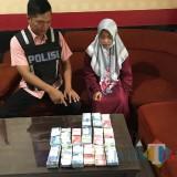 Siska Zumrotul Fauziah tersangka beserta barang bukti pencurian uang ratusan juta saat diamankan polisi, Kecamatan Singosari (Foto : Polsek Singosari for MalangTIMES)
