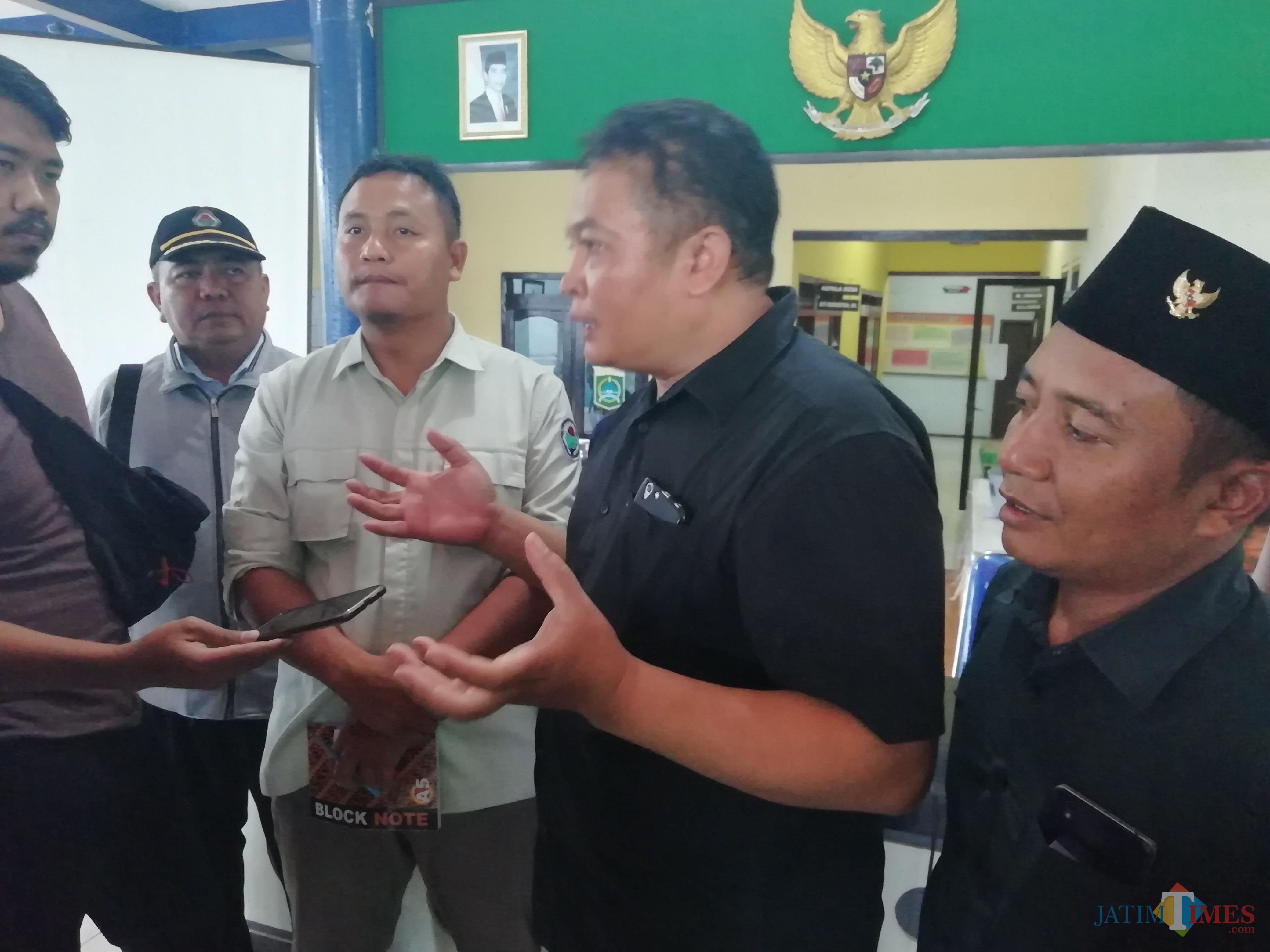 Dua dari kanan. Jubir TPPI P3MD Kabupaten Malang Ketut R setelah rilis sikap atas pernyataan Dahnil (Nana)