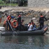Petugas KSOP tengah bersih-bersih Pelabuhan Tanjung Tembaga Probolinggo  (Agus Salam/Jatim TIMES)