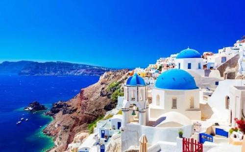 Santorini merupakan salah satu desa wisata terletak di atas tebing Yunani. (Foto: telegraph.co.uk)