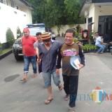 Komari dan Miseman (dua orang di tengah) tersangka pencurian kayu saat digelandang ke Polres Malang, Kabupaten Malang (Foto : Dokumen MalangTIMES)