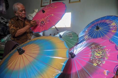 Mbah Rasimun, pengrajin Payung kertas terakhir di Kota Malang