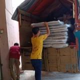 Para petugas tengah mengangkut logistik pemilu berupa kotak dan bilik suara di gudang KPU Kota Malang. (Foto: Nurlayla Ratri/MalangTIMES)