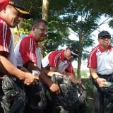 Forkopimda bersama-sama membersihkan sampah di Kali Nggowo (foto: Joko Pramono/ JatimTIMES)