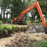Sebuah alah berat diturunkan untuk melakukan Normalisasi Sungai Gonggo