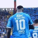 Striker Persib, Ezechiel Ndouasel ketika akan menjalani pertandingan (official Persib)
