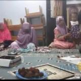Ibu dari Siska Zumrotul Fauziah (paling kiri) tersangka pencurian ratusan juta uang milik ponpes Al Ishlahiyah, saat mengembalikan sisa uang hasil curian yang digunakan pelaku, Kecamatan Singosari (Foto : Istimewa)