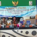 Kanan : Tomie Herawanto Kepala Bappeda Kabupaten Malang saat menyampaikan materi dalam Bimtek di Desa Sutojayan, Pakisaji (Nana)