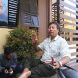 Kusnan, orang tua tersangka saat berada di Mapolresta Probolinggo (Agus Salam/Jatim TIMES)