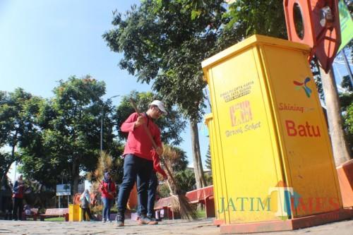 ASN saat membersihkan sampah di area Alun-Alun Kota Batu, Jumat (22/2/2019). (Foto: ist)