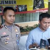 Tino Kawilarang bersama Kasatlantas Polres Jember saat konferensi pers (foto : Moh. Ali Makrus / Jatim TIMES)