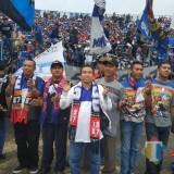 Ketua DPD Partai Demokrat Kabupaten Malang Ghufron Marzuqi Saat Menyaksikan Laga Arema FC vs Persib di Stadion Kanjuruhan