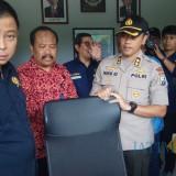 Menteri ESDM Ignatius Jonan melihat bagian dalam gedung pos pengamat Gunung Api Ijen.