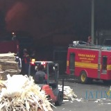 Mobil pemadam kebakaran berusaha memadamkan api ditengah banyaknya material yang mudah terbakar (Foto : Moch. R. Abdul Fatah / Jatim TIMES)