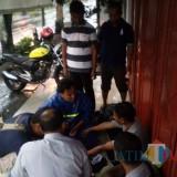 Petugas saat menangkap Toni di jalan Ngantru Srikaton. / Foto : Dokpol / Tulungagung TIMES