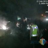 Polisi mengevakuasi mobil yang terbakar.(Foto : Humas Polres Blitar)