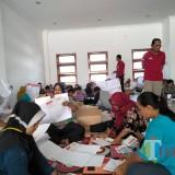 Tenaga lipat tengah melipat surat suara pemilu 2019 di Kota Blitar.(Foto : Team BlitarTIMES)