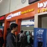 Ilustrasi, calon penumpang tengah mengantre untuk membeli tiket kereta di Stasiun Malang Kotabaru. (Foto: Nurlayla Ratri/MalangTIMES)