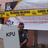 Ilustrasi, petugas menyelamatkan kotak suara saat simulasi pengamanan logistik pemilu oleh KPU Kota Malang. (Foto: Nurlayla Ratri/MalangTIMES)