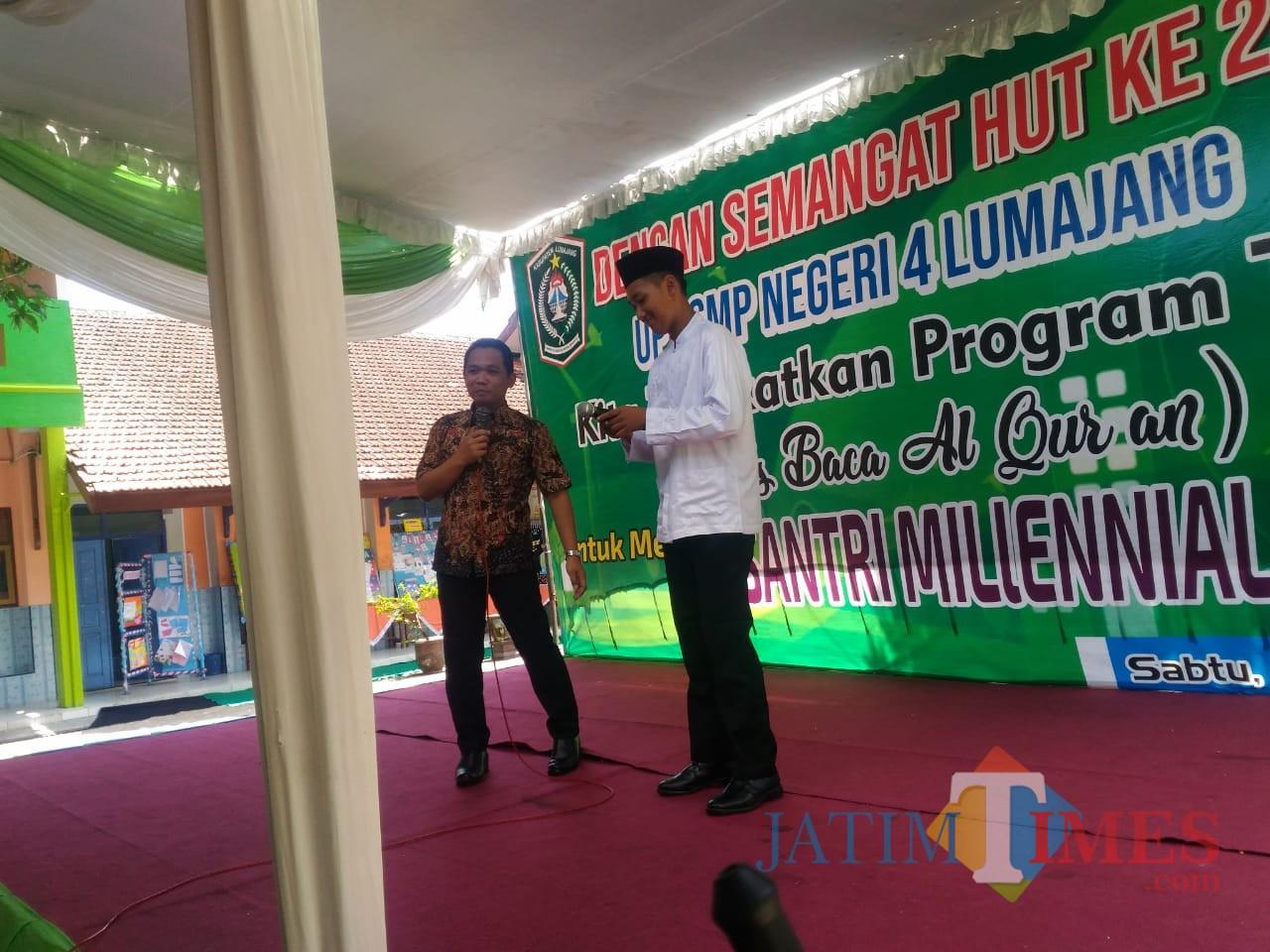 Bupati Lumajang H. Thoriqul Haq ketika berdialog dalam bahasa Arab dengan siswa SMPN 4 Lumajang (Foto : Moch. R. Abdul Fatah / Jatim TIMES)