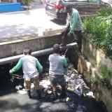 Satgas DPUPR saat melakukan pembersihan Drainase di kawasan Suhat (DPUPR)