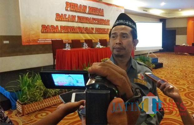 Ketua Bawaslu Kota Kediri Mansyur saat memberikan keterangan pada awak media. (eko Arif s /JatimTimes)