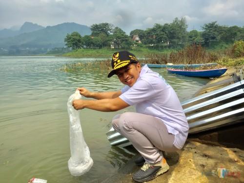 Wakil Gubernur Jatim Emil Dardak saat menebarkan benik ikan di Waduk Selorejo, Minggu (24/2/2019). (Foto: Irsya Richa/MalangTIMES)