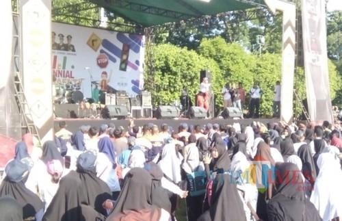 Acara senam masal yang diikuti oleh ribuan pelajar di Alun-Alun Jember. (foto : Moh. Ali Makrus / Jatim TIMES)