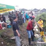 Karyawan membongkar saluran limbah pabrik.
