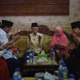 Prabowo Subianto saat di ruang tamu keluarga Ponpes Majma