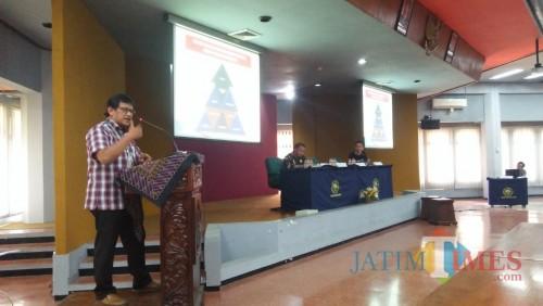 Prof. Dr. Djoko Saryono, M. Pd. guru besar UM saat menyampaikan materi di sarasehan
