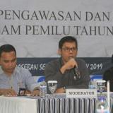 Azam Fikri (tengah) Ketua Bawaslu saat sosialisasi  (Agus Salam/Jatim TIMES)