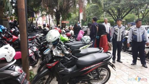 Parkir di kawasan trotoar Jl. Veteran, tepatnya depan Pujasera UB yang banyak diprotes pengguna jalan (Pipit Anggraeni/MalangTIMES)